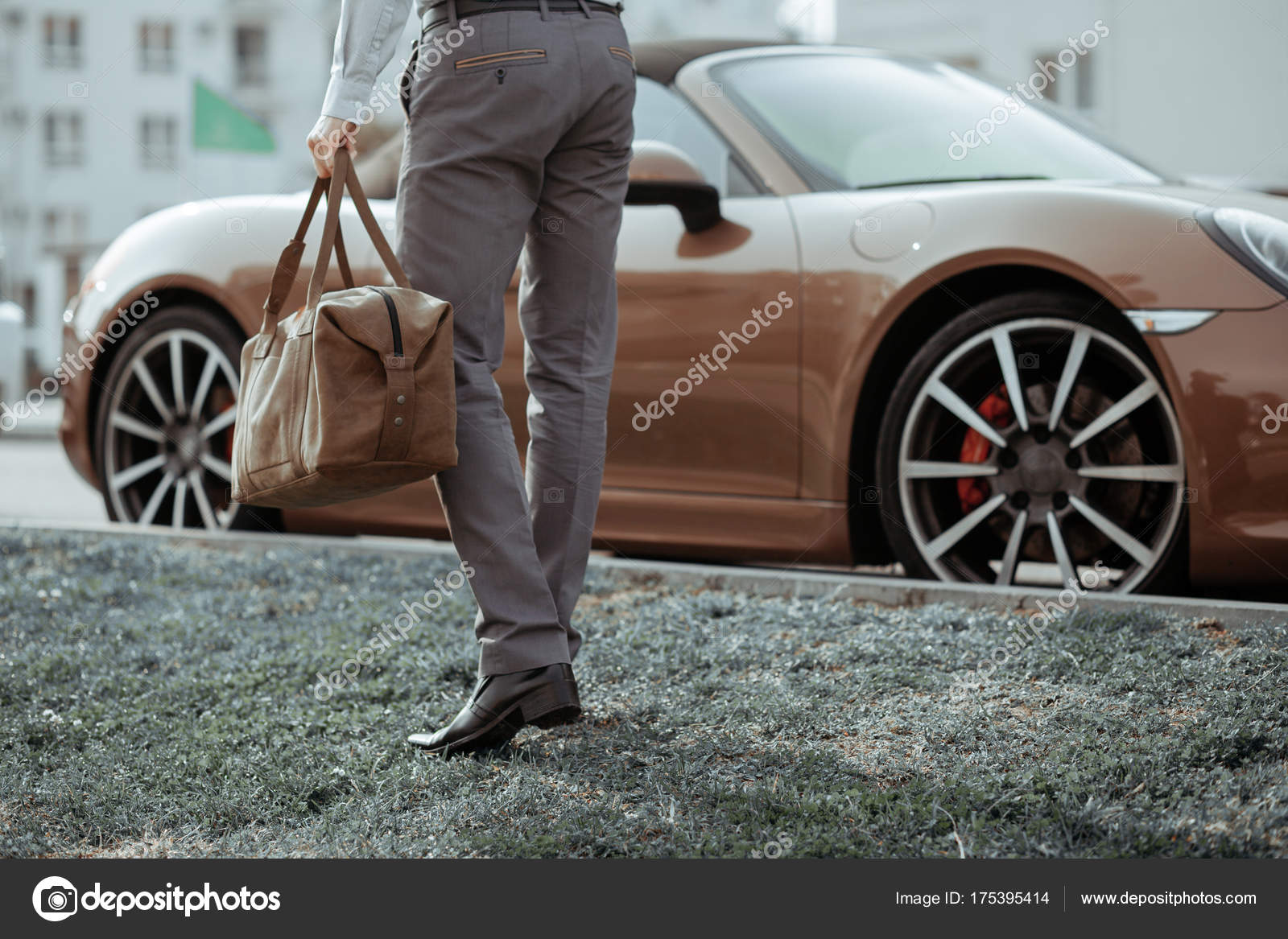 Cool man schönes Modell im Freien, Stadt style Mode. Ein gut ...