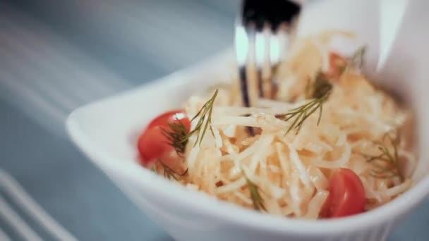 Clouse jídlo. Kroucení vidlice s zeleninový salát a odnáší do vidlice