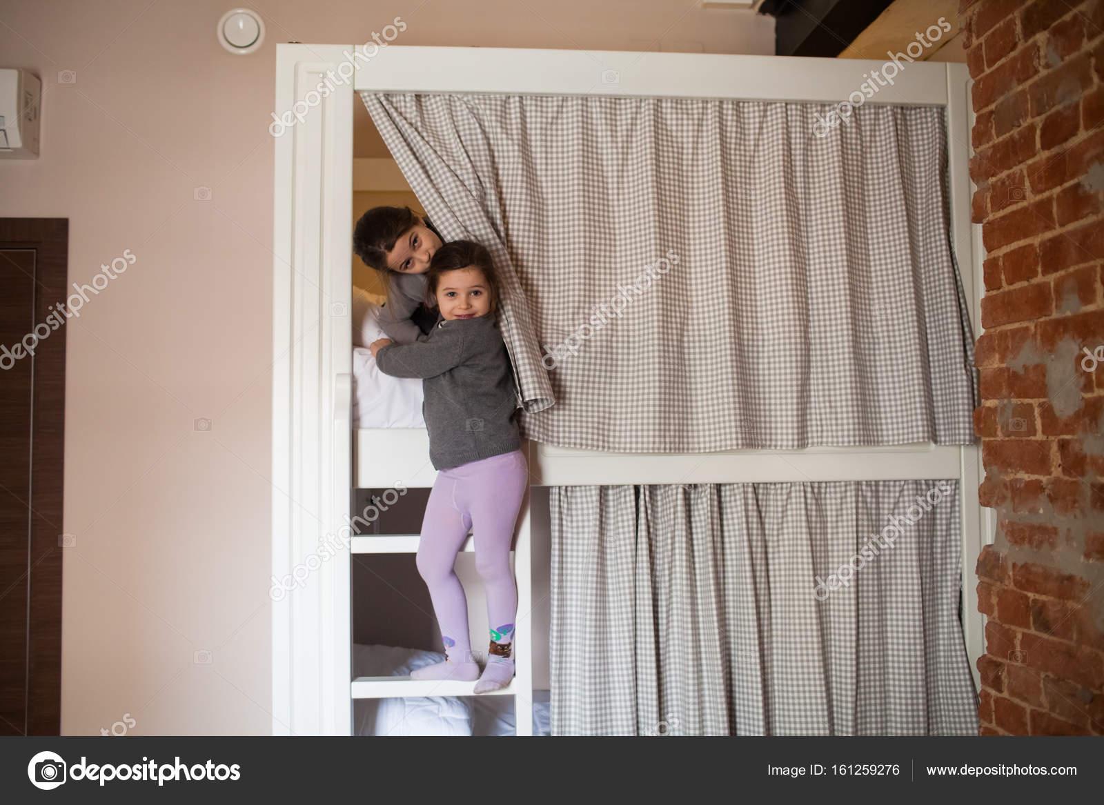 Etagenbett Junge Und Mädchen : Zwei junge mädchen auf etagenbett schlafen gehen u stockfoto