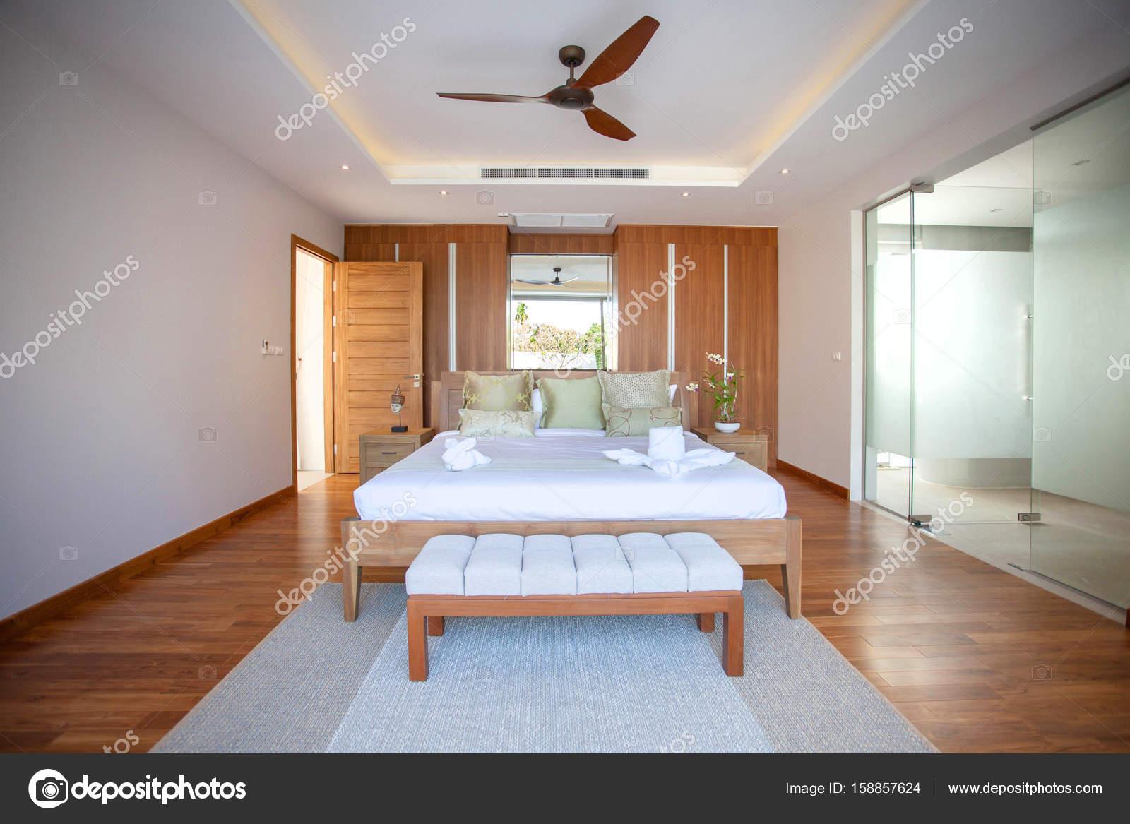 Luxus Interieur Design Im Schlafzimmer Pool Villa Mit Gemütlichen Kingsize  Bett. Schlafzimmer Mit