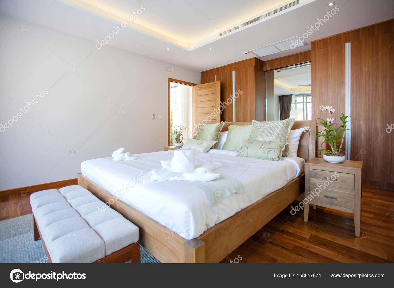 letto luxury interior design in camera da letto della villa con ... - Camera Da Letto Con Piscina