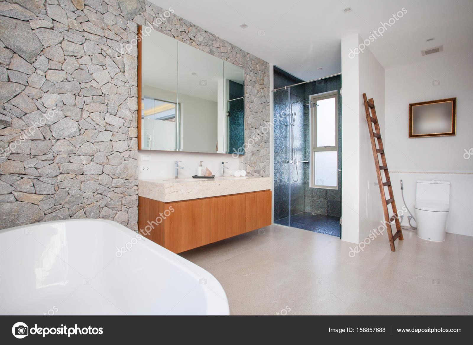 Vasca da bagno e bacino di caratteristiche del bagno di lusso — Foto ...