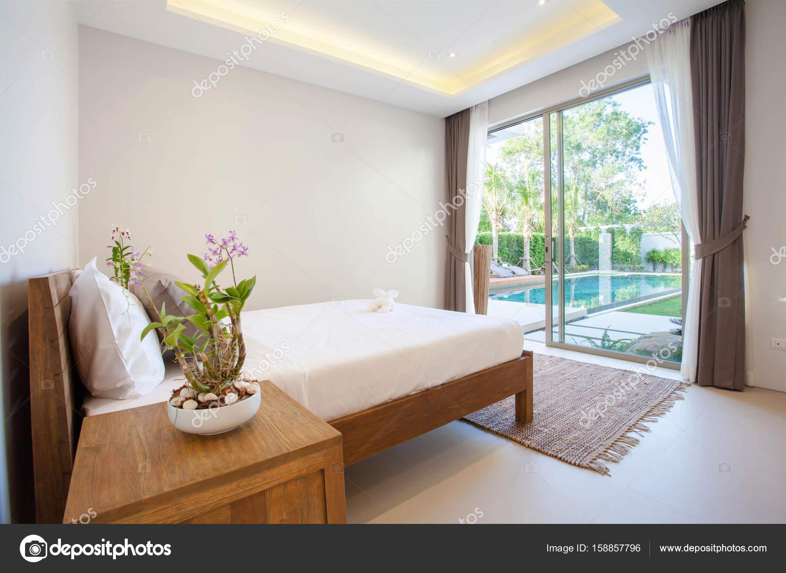 Fantastisch Luxus Interieur Design Im Schlafzimmer Pool Villa Mit Gemütlichen Kingsize  Bett. Schlafzimmer Mit