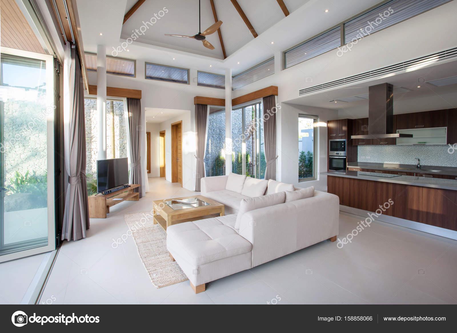 Luxus Inneneinrichtung im Wohnzimmer der Villen mit Pool. Luftigen ...