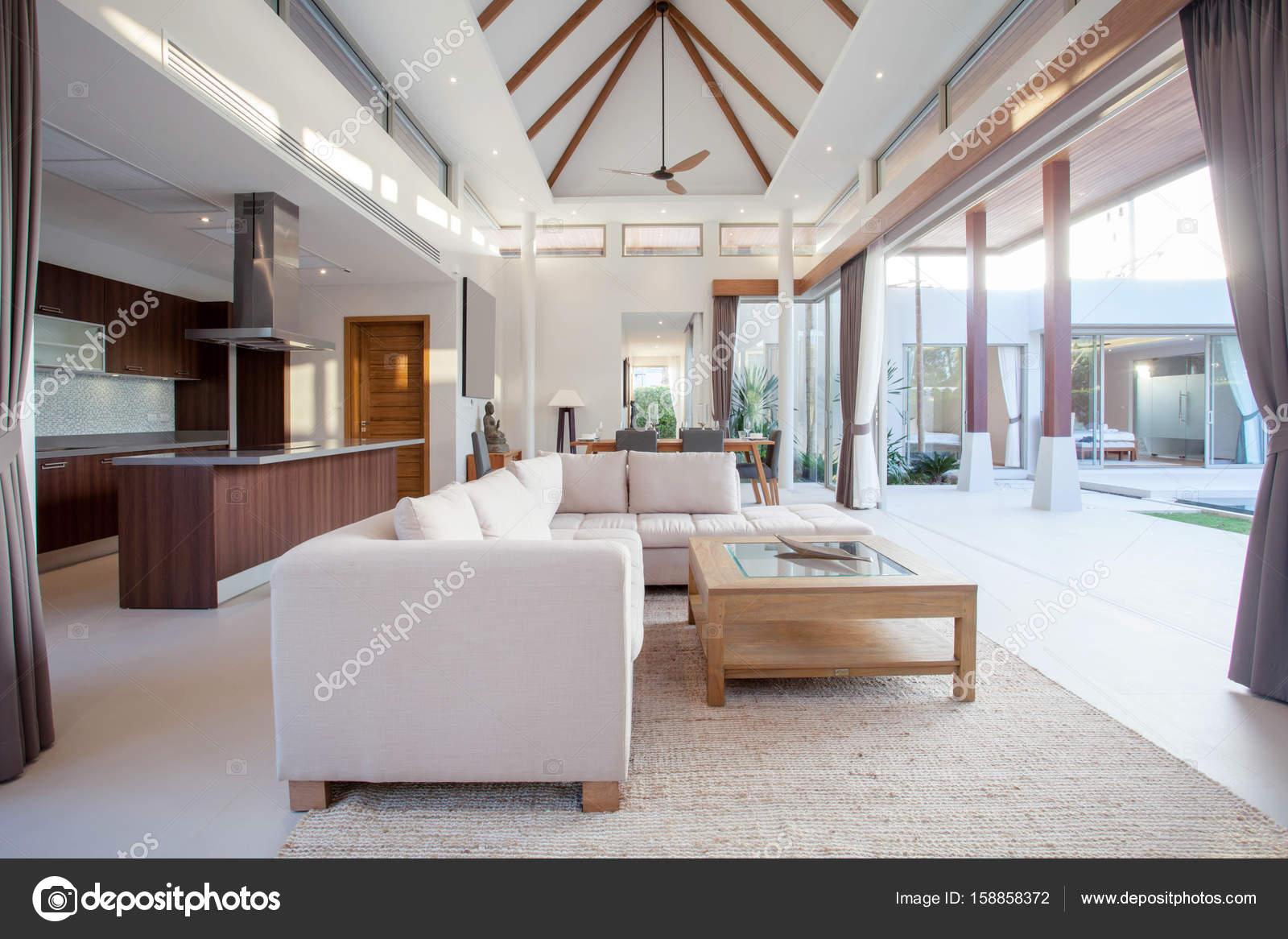 Luxus Inneneinrichtung Im Wohnzimmer Der Villen Mit Pool. Luftigen Und  Hellen Raum Mit Erhöhten Deckenhöhe