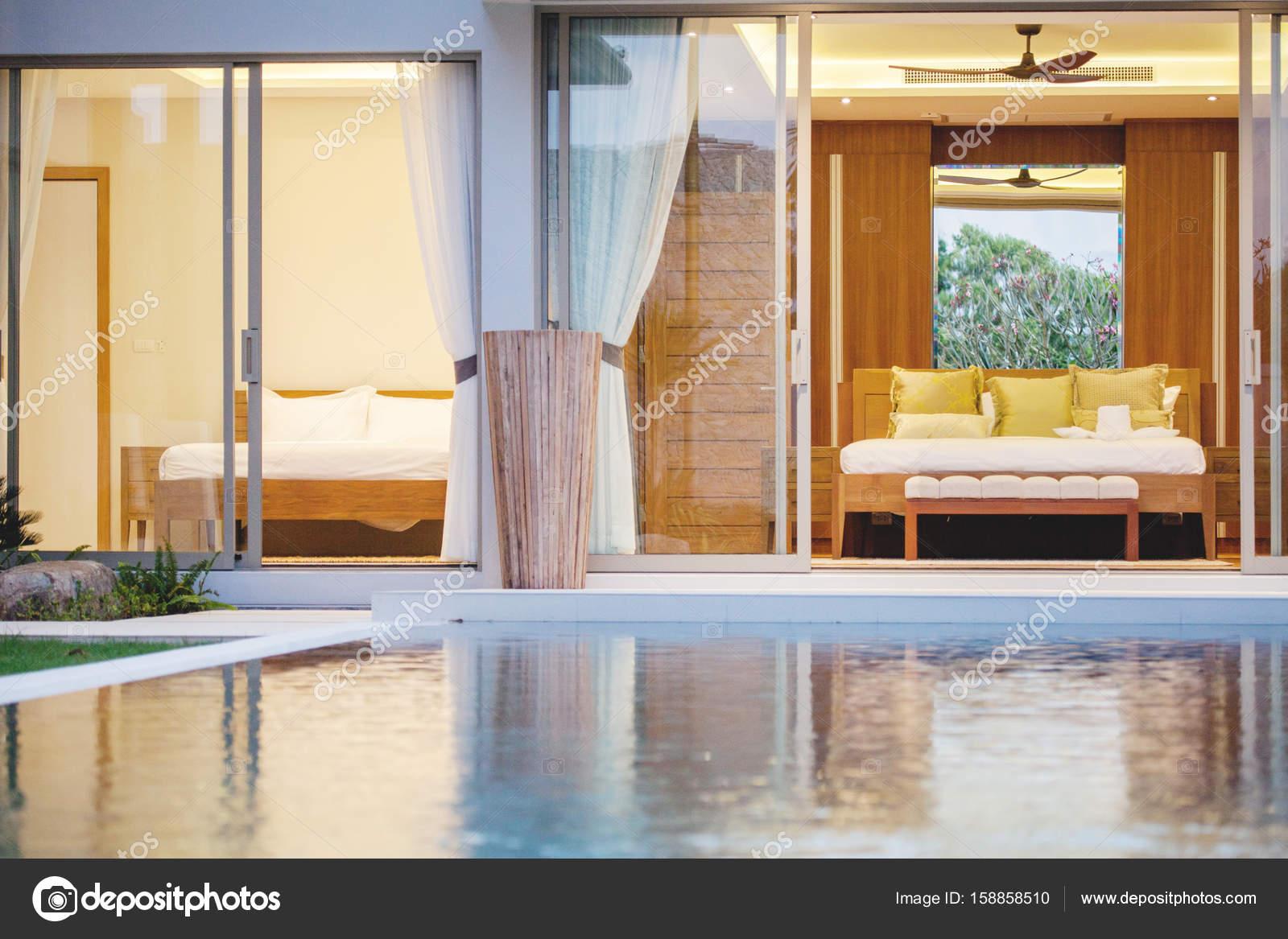 Luxe interieur in slaapkamer van villa met zwembad met gezellige