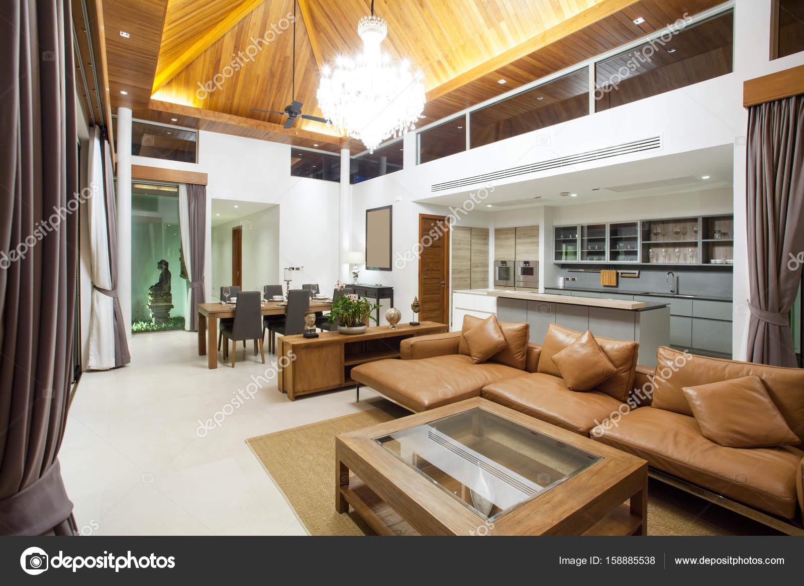Luxus Inneneinrichtung Im Wohnzimmer Von Pool Villen. Luftigen Und Hellen  Raum Mit Erhöhten Deckenhöhe