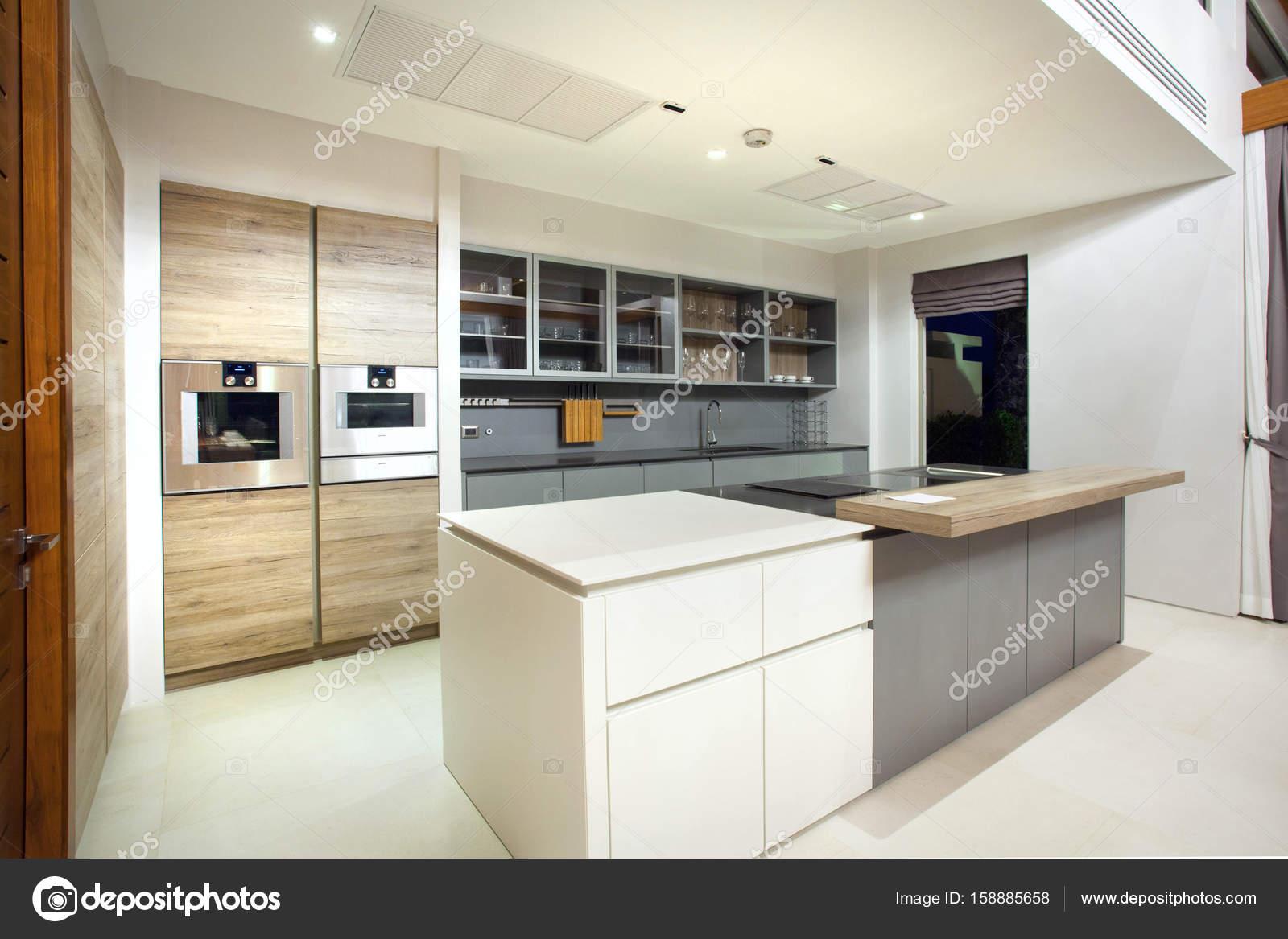 luxe interieur design villa met privzwembad in keuken die zijn voorzien van eiland teller en gebouwd