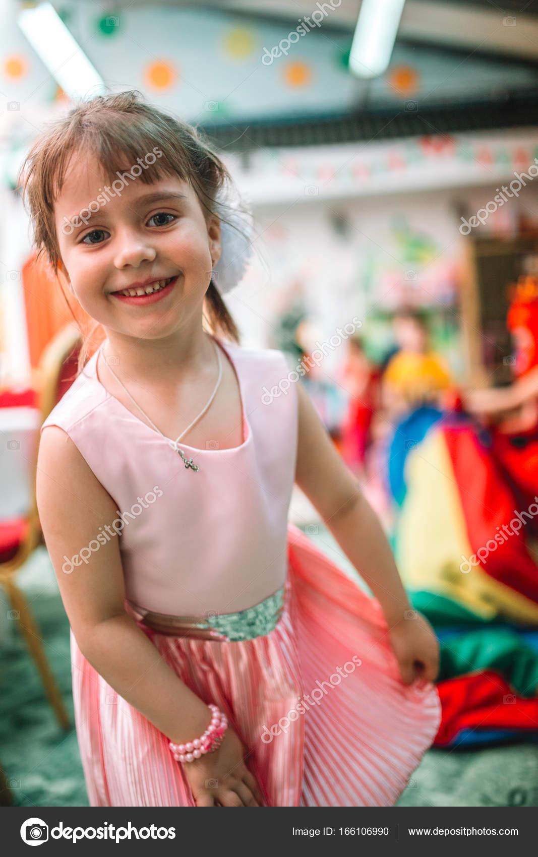 Porträt von Kind Mädchen in einem schönen Kleid während der ...