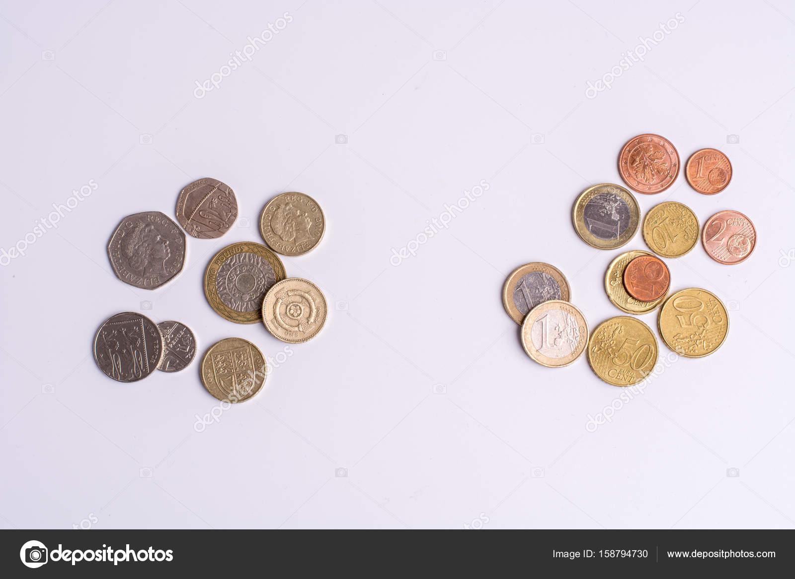 Britische Pfund Münzen Und Euro Münzen Auf Weißem Hintergrund