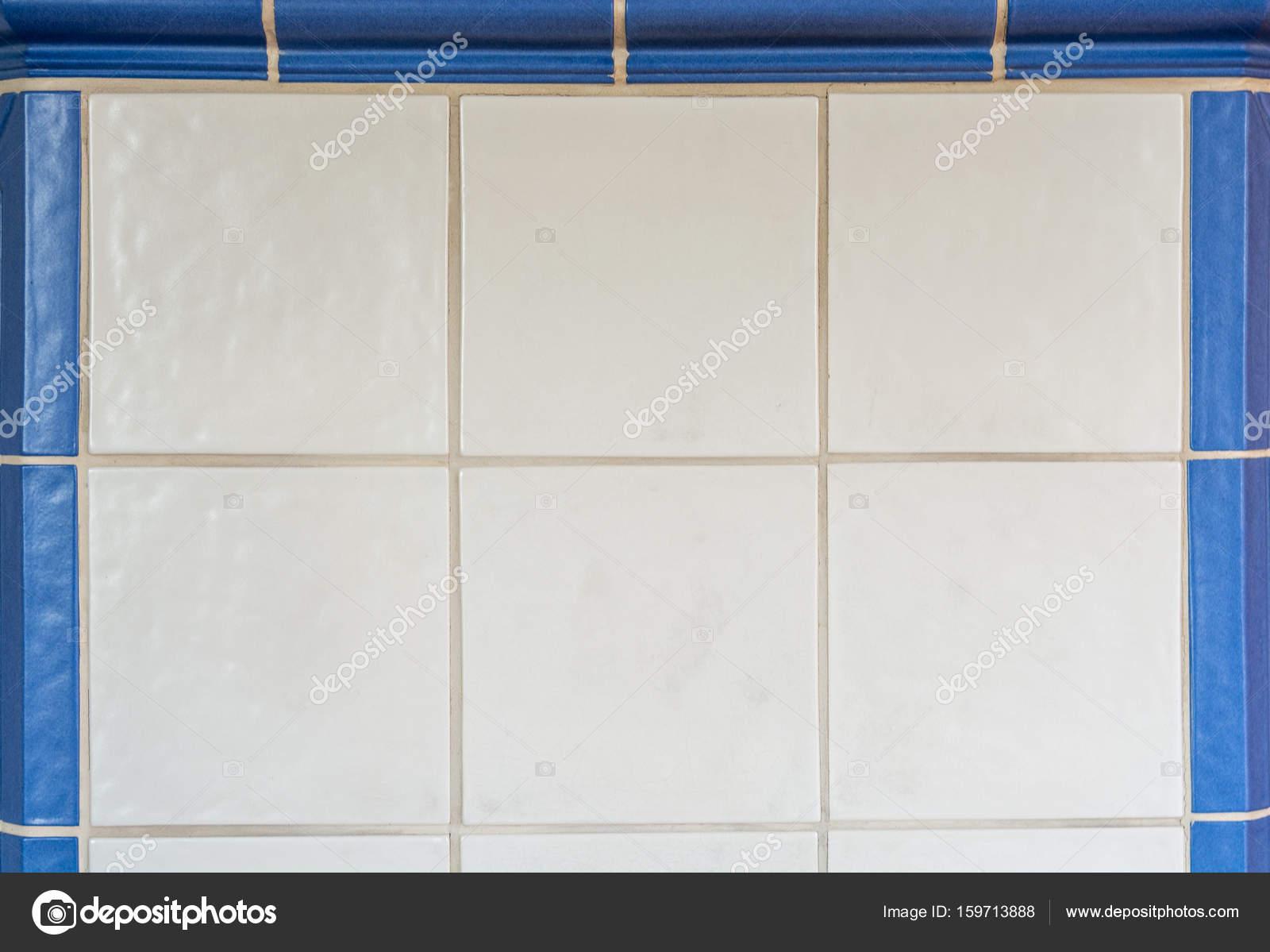 Bianco piastrelle da una stufa in maiolica incorniciata con le