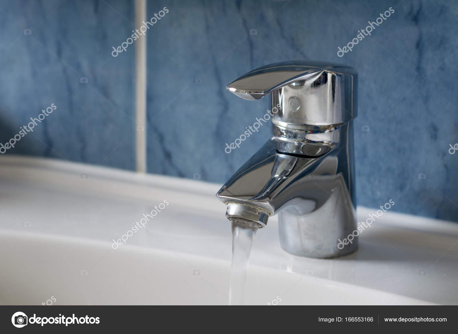 Salle De Bain Et Eau ~ eau qui coule de l eau du robinet dans la salle de bain