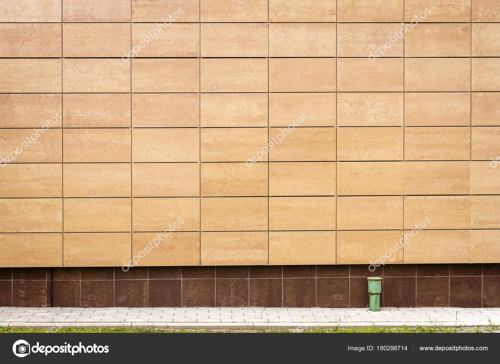 Parete moderna piastrelle di metallo beige u foto stock taigi