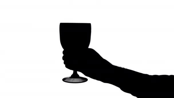 Přesouvání mužské ruky držící plný pohár