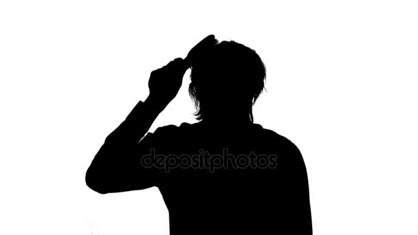 Muž, kartáčování a česání vlasy