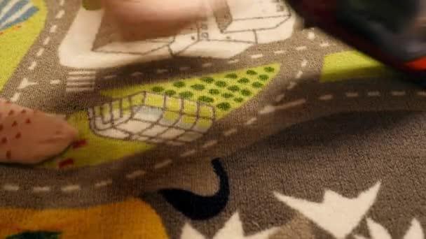 Dítě / / holčička vysávání koberců/rugclose-up/Detailní záběr 5 - letý dítě/baby/Girl vysávání hru koberce/dětský koberec chůzi v jednom směru, než chodit zadní backwords