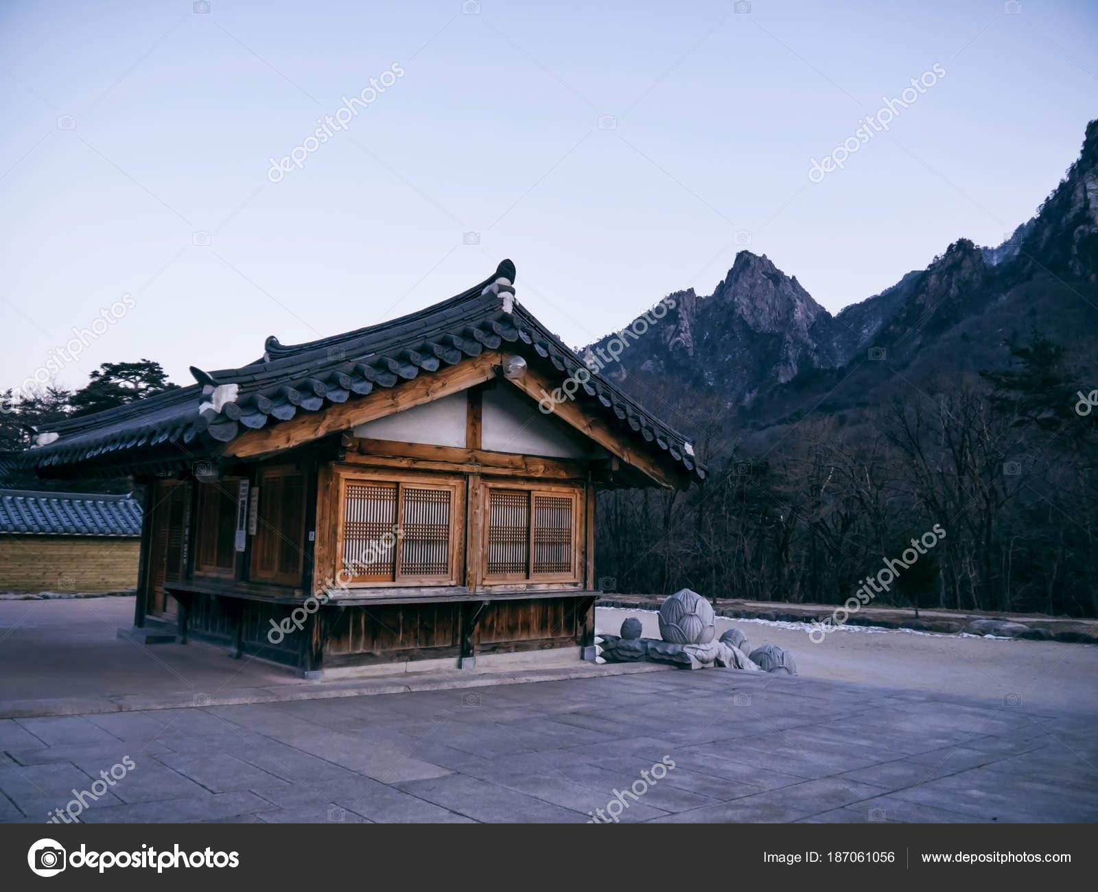 asiatische h user sinheungsa tempel seoraksan nationalpark. Black Bedroom Furniture Sets. Home Design Ideas