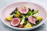 Nyers és friss tonhal húst szezámmag és friss növényi saláta