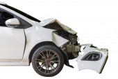 Elülső fehér színű autó sérült és összetört véletlenül közúti parkolás nem tud dirve többé. fehér háttérrel.