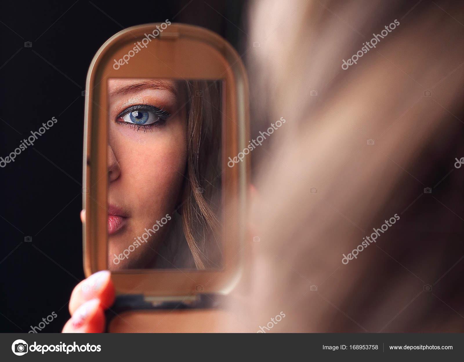 Девушка смотрит в глаза сексуально