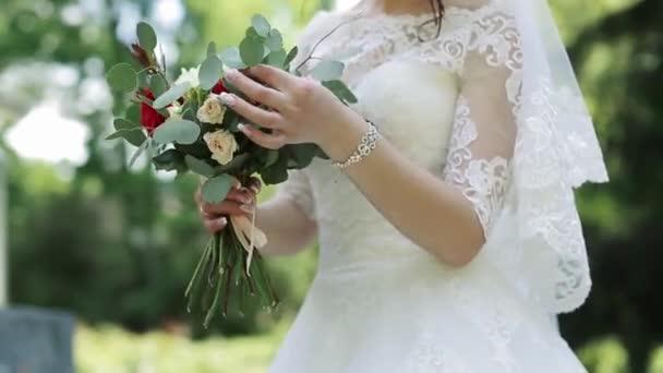 Braut Mit Schonen Hochzeitsstrauss Stockvideo C Wedmov 159500582