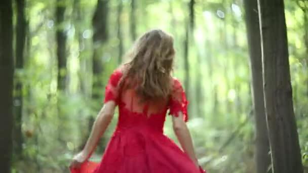 Mladá žena na procházce v lese