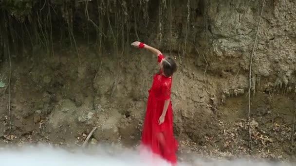 Nő erdőben felhő füst