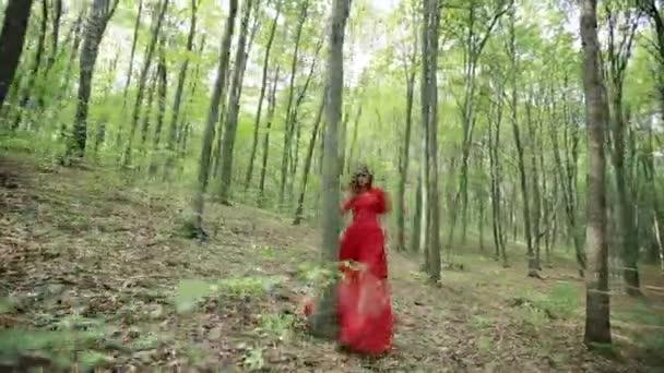 Krásná mladá žena, chůzi po lese