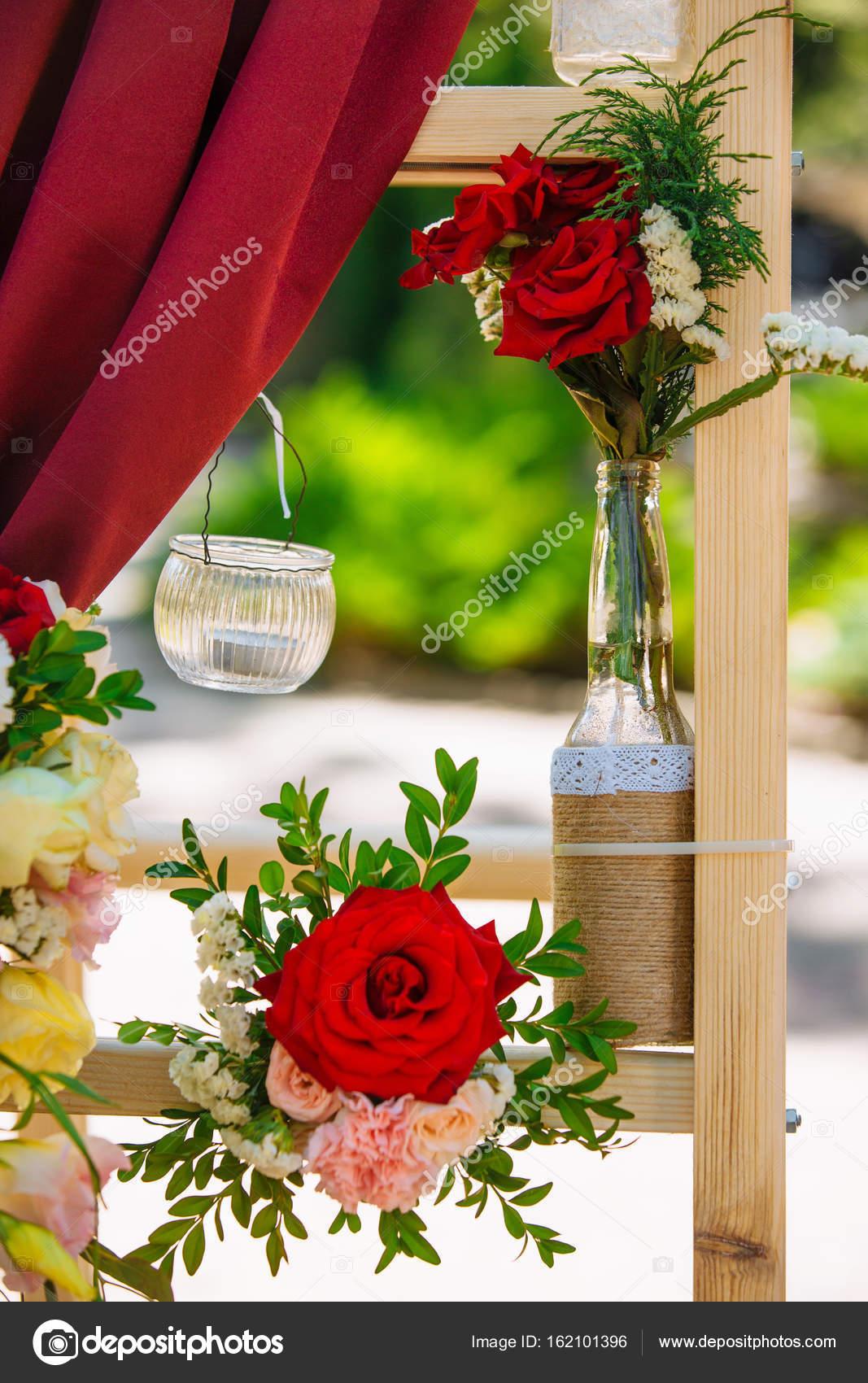 c74d31e79a1a Διακοσμήσεις γάμου. Πανηγυρική τελετή. Γάμος αψίδα. Ντεκόρ. Λεπτομέρειες–  εικόνα αρχείου
