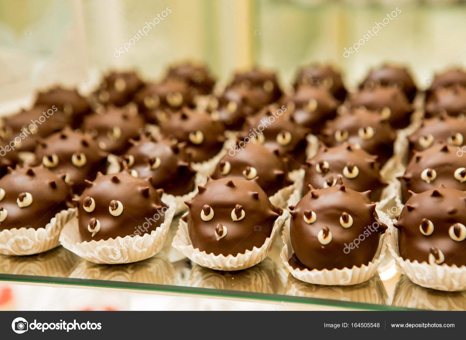 Schöne Desserts. Schöne Kuchen In Der Form Eines Igels. Bunte Kuchen Für  Eine Hochzeit