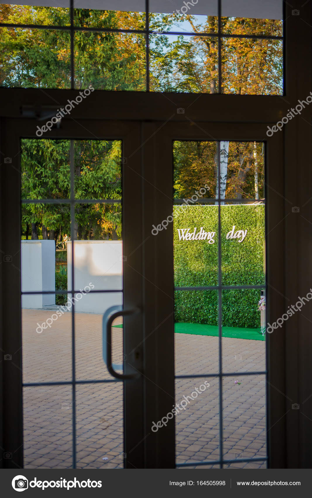 cd92405191b7 Accessori Sposa– immagine stock. Registrazione della cerimonia nuziale  vista dalla finestra. Targa di legno con la scritta