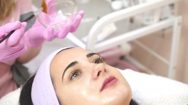 Kozmetikus, spa női arc peeling alkalmazása. Arc kozmetikai eljárás. Fogalmának bőrápolás