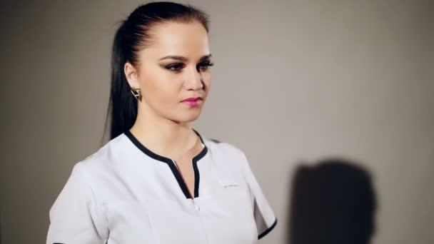 Gyönyörű sikeres női orvos sztetoszkóp. Koncepció, az egészség, orvostudomány