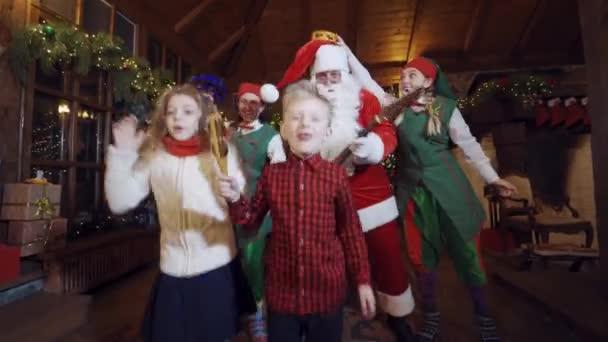Děti se baví se Santa Clausem. Děti se baví se Santa Clausem a elfy