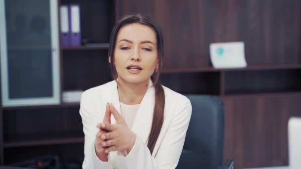 Orvos és beteg megbeszélés. Orvosi konzultációt végző orvos diagnosztizál egy nőt a kórházi irodában.