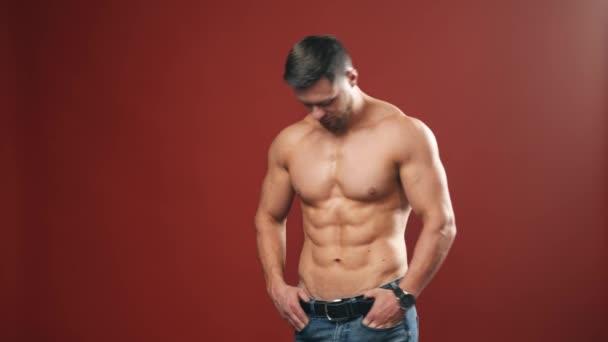 Jóképű izmos férfi pózol. Testépítő jóképű férfi izmos törzs meztelen test