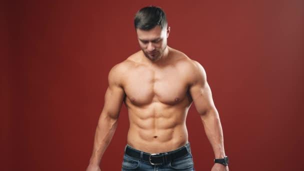 Izmos férfi modell a stúdióban. Izmos, erős sportoló, aki beindítja a testét.