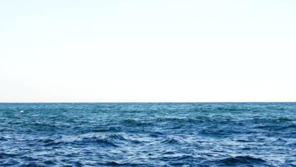 Pozadí moře na obzoru. Pozadí záběr vodní hladiny