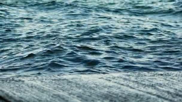 Krásné vlny v moři. Pozadí s vlněním vodorysky