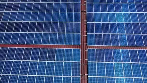 Solární panely instalované na střeše. Alternativní zdroj elektřiny, koncepce udržitelných zdrojů