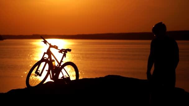 Jezdec odpočívající na kole výlet v přírodě. Horský cyklista při pohledu na pohled na cyklostezku
