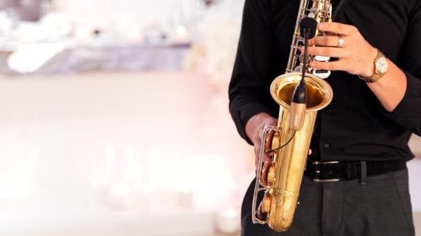 Szaxofonos kezek szaxofonon játszanak. Profi szaxofonos játszik szaxofonon a koncertszínpadon