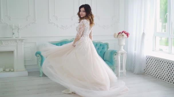 Fiatal, vonzó menyasszony. Trendi esküvői stílus kilátás teljes hosszában