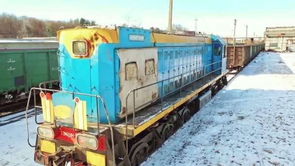 Konténeres tehervonat az állomáson. A vasúti teherszállítási ágazat légi rálátása
