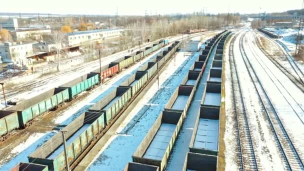 A tehervonatok vasútállomása. Tehervonat-peron tehervonat-konténerrel a raktárban