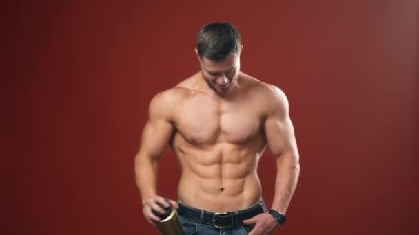 Schöner muskulöser junger Mann. Muskulöse Modell Sport junger Mann auf Hintergrund