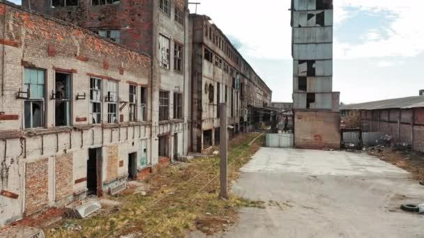 Letecký pohled na starou zříceninu továrny a rozbitá okna. Stará průmyslová budova k demolici.