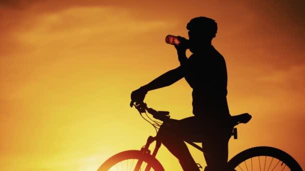 Silueta sportovního cyklisty v helmě na kole. Koncepce aktivního životního stylu.