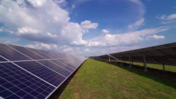 Sonnenkollektor auf einer modernen Station tagsüber. Weiße Wolken über dem Solarpanel. Alternative saubere Elektrizität. Innovative Technologie zur Erzeugung erneuerbarer Energien in einem Kraftwerk.