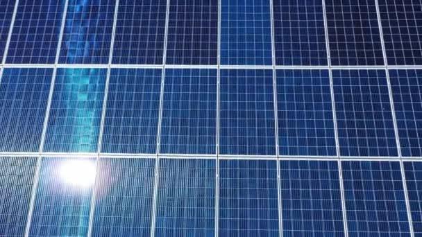 A Naprendszer kék paneljei. Drónnézet a fotovoltaikus paneleken. Közelkép. Mozgókamera alulról felfelé.